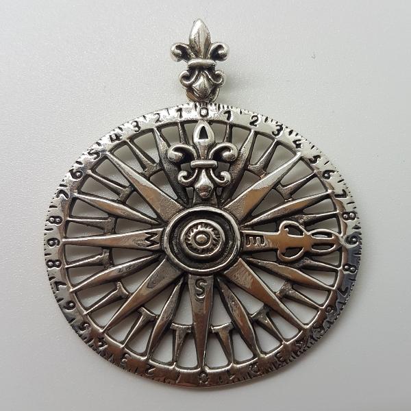 colgante de brújula con la flor de lis.Plata de ley.3cm de diametro