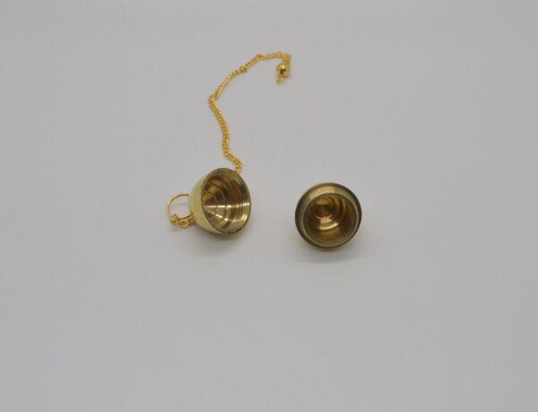 Pendulo dorado con abertura para introducirle un testigo.a